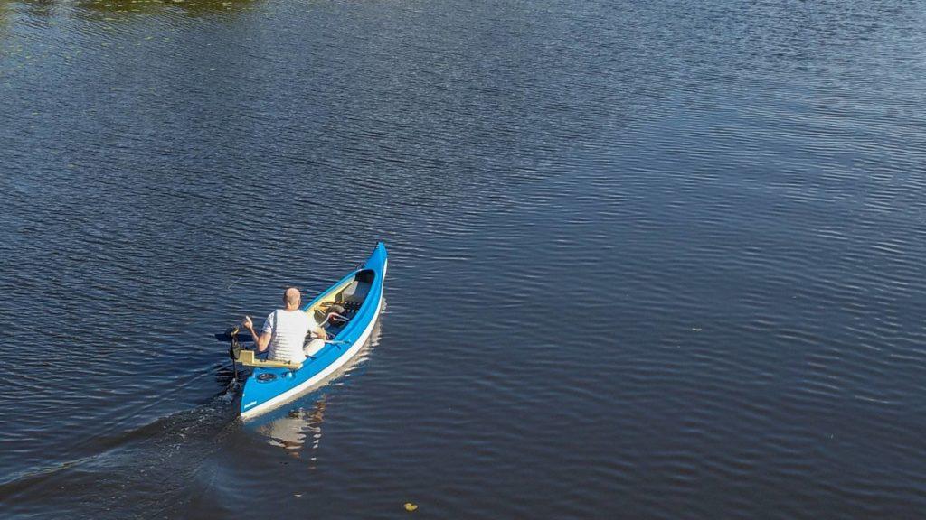 trolling motor in kayak moving at high speed